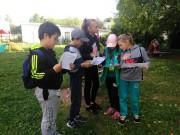 Скауты изучают карты-путеводители Исторического парка Усть-Качки.